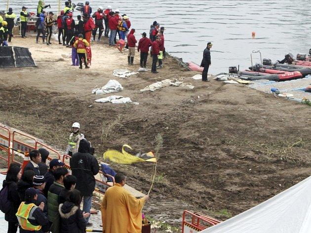 Záchranářům se v řece u Tchaj-peje podařilo najít již všechna těla obětí nehody letadla tchajwanské společnosti TransAsia, které se zřítilo minulý týden s 58 lidmi na palubě.
