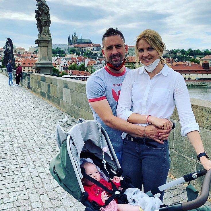 Tomáš Plekanec s Lucií Šafářovou a dcerou Leontýnkou na Karlově mostě v Praze.
