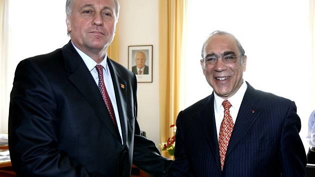 Předseda vlády Mirek Topolánek přijal ve čtvrtek ve svém úřadě generálního tajemníka OECD Angela Gurríu.