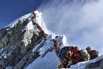 Horolezci při výstupu na Mount Everest na snímku z 22. května 2019.