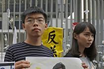 Hongkongští aktivisté Joshua Wong (vlevo) a Agnes Chowová