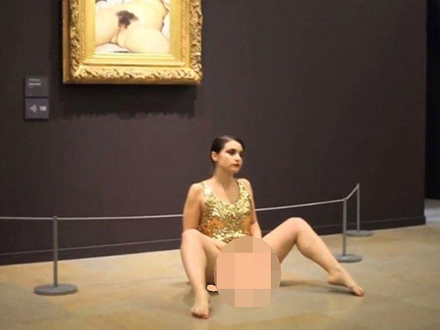 Lucemburská umělkyně Deborah de Robertisová v minisukni a bez kalhotek nakráčela ke slavnému obrazu Gustava Courberta Původ světa z roku 1866, sedla si pod něj a doširoka roztáhla nohy.