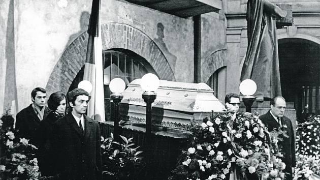 U Palachovy rakve. Čestnou stráž tu stojí Pavel Juráček (vpředu vlevo), Vladimír Bystrov a Jiří Krejčík (vpravo).