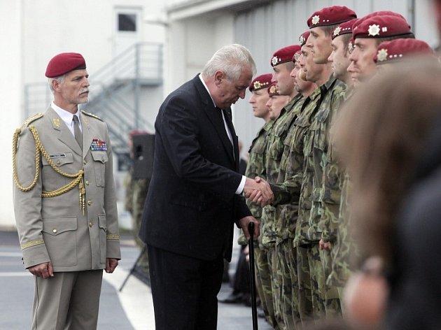 Přílet a smuteční akt k uctění památky padlých českých vojáků na letišti v Praze – Kbelích 10. července.