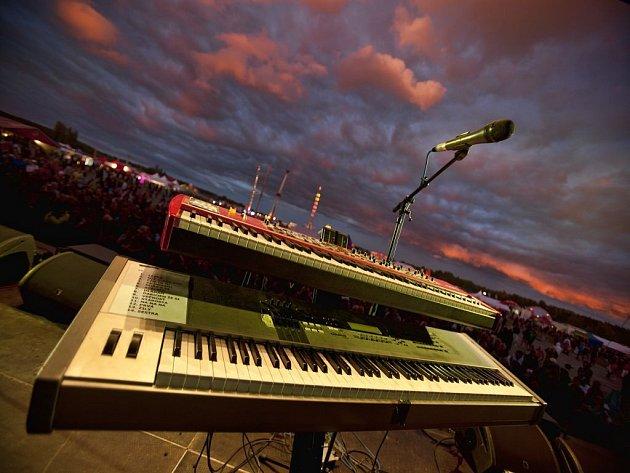 Vloni se v Milovicích konal pátý ročník festivalu Votvírák. Přes rozmary počasí na něho podle pořadatelů v průběhu dvou dní zavítalo 40 až 50 tisíc lidí.