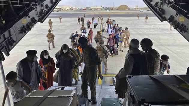Evakuace afghánských rodin z Kábulu.