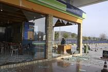 Výbuch ve vesnici Gerdec poničil mnoho okolních budov. Mezi nimi i tento obchod