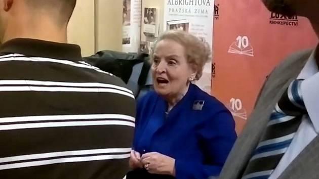 Madeleine Albrightová při autogramiádě v pražském Paláci knih Neoluxor