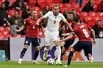 Anglický útočník Harry Kane se probíjí českou obranou v utkání mezi Anglií a Českem