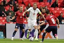 Anglický útočník Harry Kane se probíjí českou obranou v utkání mezi Anglií a Českem.