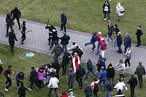 Běloruská policie při potyčce s protestujícími během opoziční demonstrace v Minsku