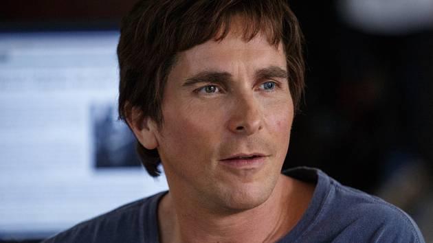 """VYSOKÝ HRÁČ. Jeden z inicátorů bankovní """"boudy"""", výbušný finančník a fanoušek heavy metalu Michael Burry v brilatním podání """"Batmana"""" Christiana Balea."""