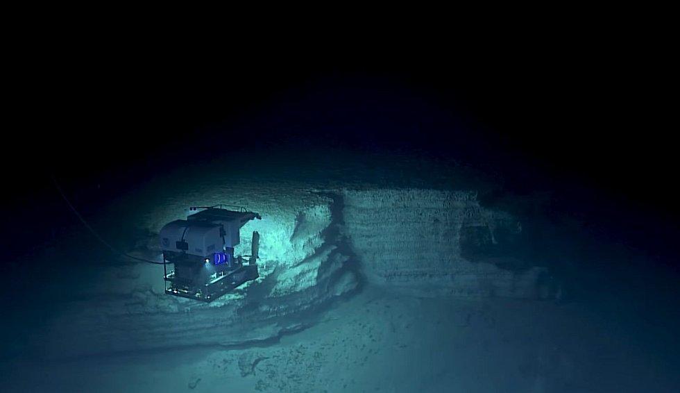 Robot se potopil až do hloubky kolem čtyř kilometrů pod hladinou - obdobné té, v jaké spočívá například Titanic