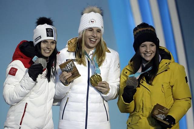 Medailistky z super-G na ZOH v Pchjongčchangu, zleva Rakušanka Anna Veithová, Češka Ester Ledecká a Tina Weiratherová z Lichtenštejnska.