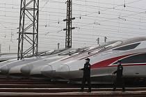 Policisté v rouškách ve vlakovém depu v čínském Wu-chanu 6. dubna 2020