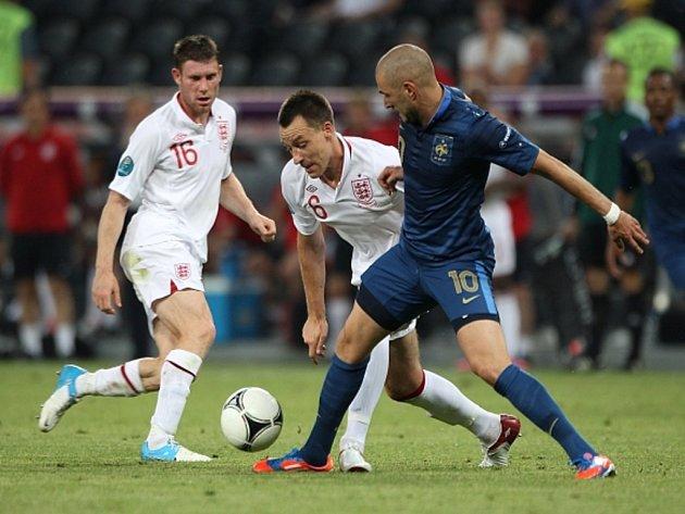 John Terry z Anglie (uprostřed) a Karim Benzema z Francie (vpravo).