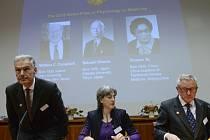 Výbor ve složení Jan Andersson, Juleen Zierath a Hans Forssberg oznamuje laureáty Nobelovy ceny za fyziologii a lékařství.