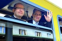 Z pražského Masarykova nádraží vyjel v pátek 3. srpna 2012 vlak s prezidentským kandidátem Jiřím Dienstbierem (vpravo) a předsedou ČSSD Bohuslavem Sobotkou. Směřoval do Lán, kde Dienstbier uspořádal tiskovou konferenci k zahájení své prezidentské kampaně.