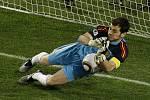 Gólman Španělů Iker Casillas chytil penaltu Oscara Cardozy.