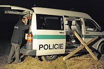 DŮKAZ. Poškozený kříž si z louky Budínka odvezli ve středu večer policisté. Tomu, kdo jej zničil, hrozí až rok vězení.
