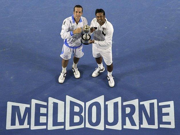 Radek Štěpánek (vlevo) a Leander Paes s trofejí pro vítěze Australian Open.