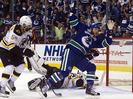 Levé křídlo hokejistů Vancouveru Raffi Torres slaví poté, co vsítil vítězný gól prvního finále.
