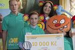 Kryštof Kratochvíl převzal 3. prosince v Praze ocenění v kategorii Pomoc přírodě při udílení cen projektu Dětský čin roku. Vlevo je zpěvák Zbyněk Drda a vpravo herečka a zpěvačka Zora Jandová.