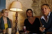 Herečka Helena Dvořáková, Kateřina Rudčenková a režisérka Hana Burešová (zleva) představily novou hru Niekur/Nikde v pražském divadle Ungelt.