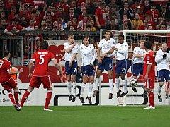 Frank Ribéry z Bayernu právě vyrovnává na 1:1. Manchester nakonec jede z Mnichova s prázdnou.