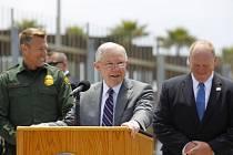 Jeff Sessions při návštěvě americko-mexické hranice