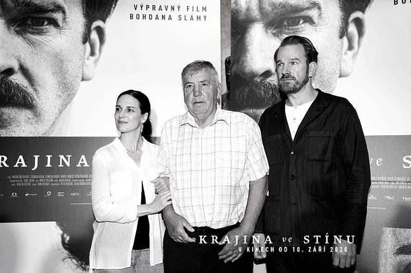 Ferdinand Korbel s představiteli svých rodičů Magdalénou Borovou a Stanislavem Majerem při uvedení filmu Krajina ve stínu.
