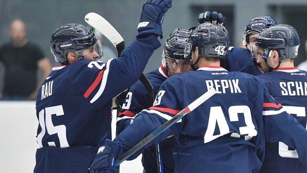 Hokejisté Slovanu Bratislava se radují z gólu.
