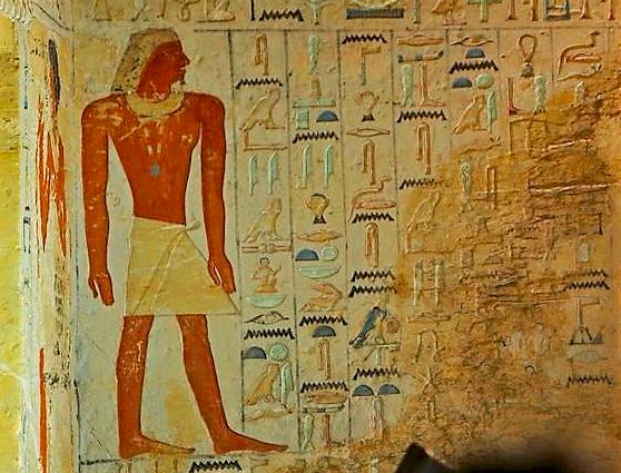 Stěny zdobí nápisy i podobizny.