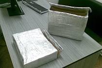 Vložky do kabelky obalené alobalem, které oklamou bezpečnostní rámy u pokladen a umožní pronést zboží vybavené bezpečnostními prvky