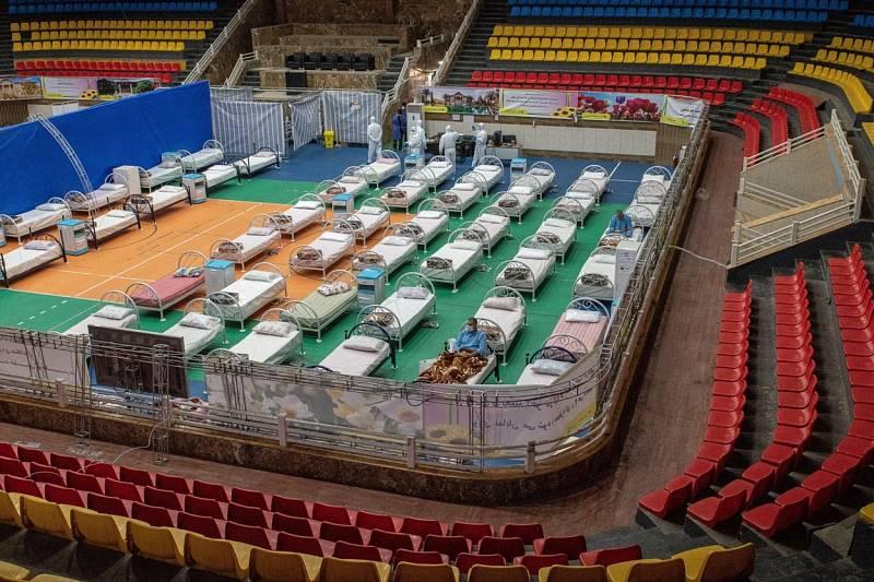 Pro pacienty s koronavirem slouží také útroby stadionu Shahid Dastheib v íránském Šírázu.