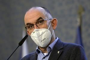 Ministr zdravotnictví Jan Blatný informoval o tom, že vláda omezuje pohyb ve třech nejohroženějších okresech.