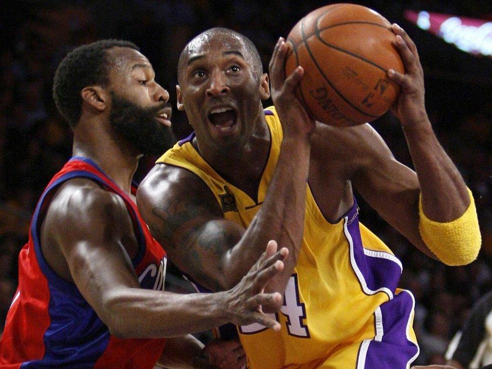 Baron Davis v dresu LA Clippers (vlevo) bránil ikonu LA Lakers Kobeho Bryanta marně.