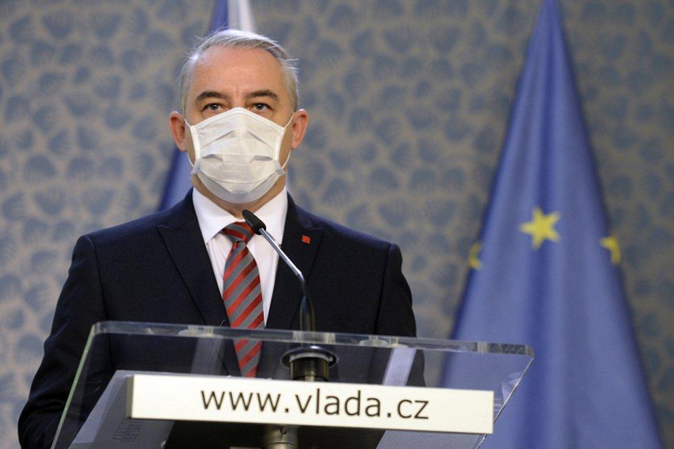 Předseda Českomoravské konfederace odborových svazů Josef Středula hovoří 2. listopadu 2020 v Praze na tiskové konferenci po zasedání tripartity