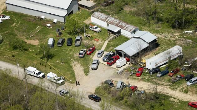 Střílelo se ve třech domech stojících nedaleko sebe podél jedné venkovské silnice v okrese Piketon a v jednom domě nacházejícím se více než pět kilometrů odtud.