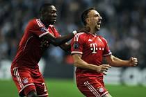 Ribéry z Bayernu oslavuje s Alabou v zádech gól proti Manchesteru City.