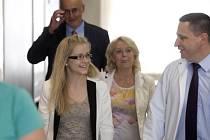 Pacientka Jana (třetí zprava) a její matka Marta (druhá zprava), která jí darovala dělohu, naslouchají přednostovi Kliniky transplantační chirurgie IKEM Jiřímu Froňkovi cestou na tiskovou konferenci uspořádanou 13. května v Praze.