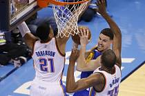 Klay Thompson (uprostřed), Andre Roberson a Kevin Durant.