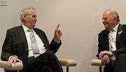 Miloš Zeman (vlevo) a úřadující předseda Parlamentního shromáždění Rady Evropy Roger Gale.