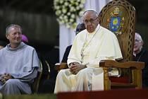 Papež František v Ugandě uctil památku křesťanských mučedníků, kteří se v této africké zemi nechali kdysi raději mučit a zaživa upálit, než aby se vzdali své víry.