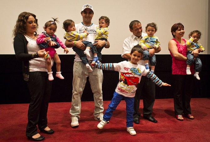 Partneři Alexanda Kiňová a Antonín Kroščen a se svými pěti dětmi se 13. srpna v Praze zúčastnili novinářské projekce třináctidílného dokumentárního seriálu České televize Paterčata.