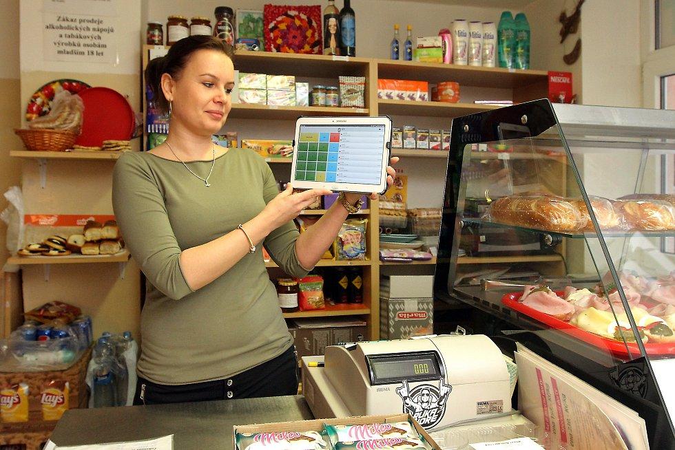 """Alena Baráková provozovatelka bufetu v Městském ústavu sociálních služeb v Plzni ve své provozovně s tabletem na kterém má aplikaci pro odesílání EET. """"Od rána mně to nefunguje, píše to problémy se spojením s Finančním úřadem."""""""