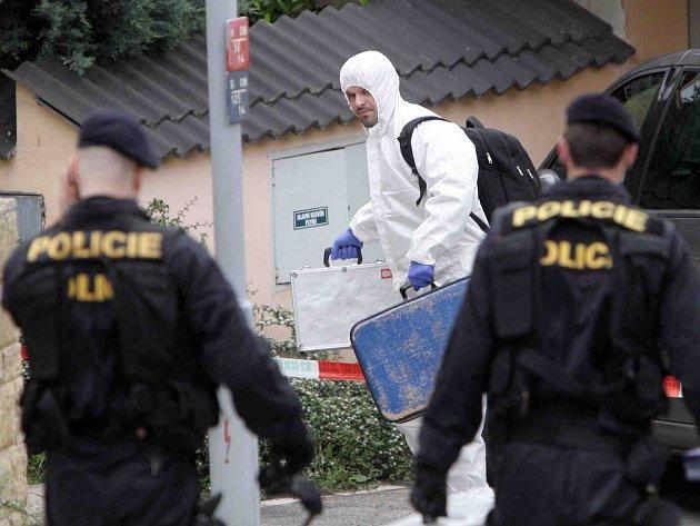 Policejní specialisté na místě vraždy v brněnských Ivanovicích.
