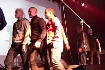 Pražská policie hledá násilníky, kteří ztloukli muže u klubu Roxy