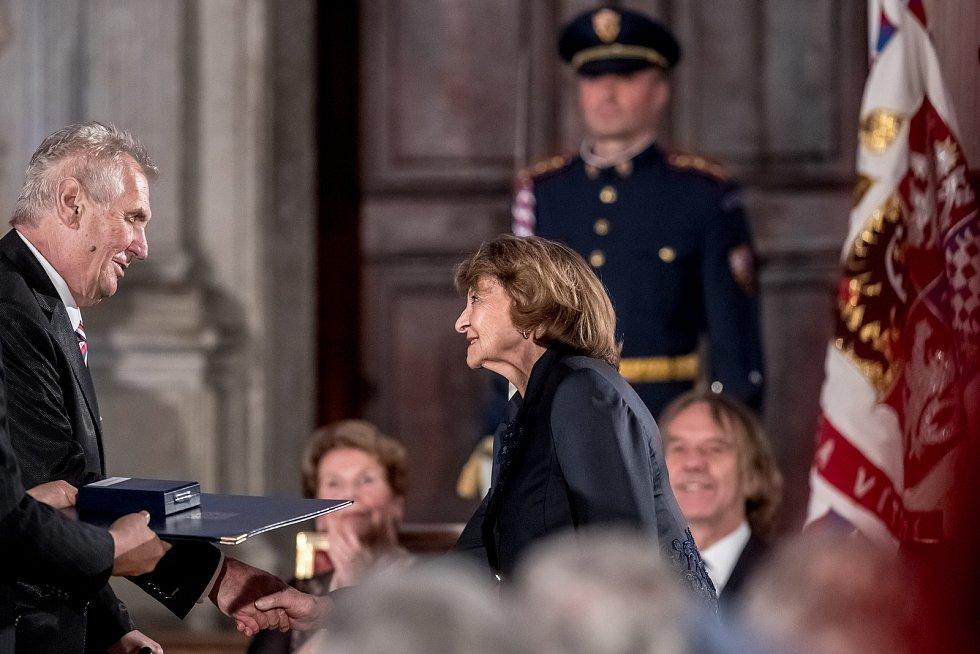 Prezident Miloš Zeman na státní svátek 28. října předával státní vyznamenání ve Vladislavském sále Pražského hradu. Simonová