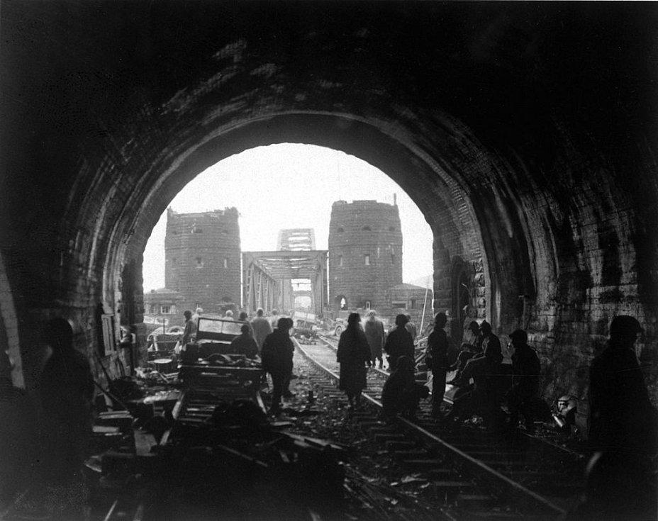 Američtí vojáci v tunelu v hoře Erpel krátce po dobytí mostu 11. března 1945